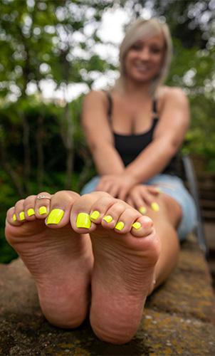 Pretty Latina Toes